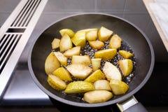 Guisantes que fríen con vinagre balsámico en una cacerola Imagen de archivo libre de regalías