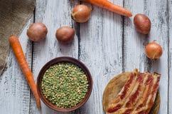 Guisantes secados e ingredientes clasificados para la receta de la sopa de guisantes Imagen de archivo libre de regalías