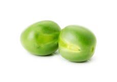Guisantes verdes aislados en el fondo blanco Fotos de archivo