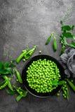 Guisantes verdes con las vainas y las hojas Foto de archivo libre de regalías