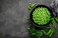 Guisantes verdes con las vainas y las hojas Imagen de archivo