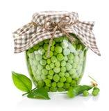 Guisantes verdes en el tarro de cristal imágenes de archivo libres de regalías
