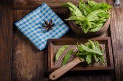 Guisantes verdes en la tabla de madera Imagen de archivo libre de regalías
