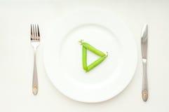 Guisantes verdes en las habas que hacen la muestra del juego Fotos de archivo libres de regalías