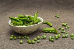 Guisantes verdes en un tazón de fuente Foto de archivo libre de regalías