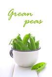 Guisantes verdes jovenes en un colador del metal Fotografía de archivo