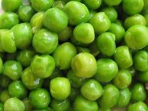 Guisantes verdes un fondo Imágenes de archivo libres de regalías