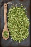 Guisantes y cuchara partidos del verde Fotos de archivo