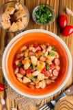 Guise con el pollo, salchichas, habas, tomates, di hechos en casa del otoño imagen de archivo