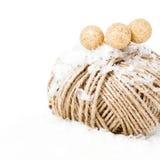Guita del cáñamo de la Navidad con las decoraciones y nieve aislada en blanco Fotografía de archivo libre de regalías