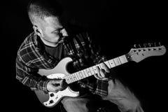 Guitar Hero - homem que joga uma guitarra elétrica Fotografia de Stock Royalty Free