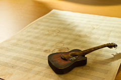 Guitar on music sheet Royalty Free Stock Photos