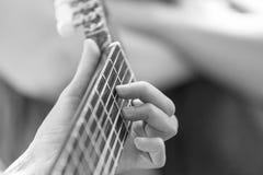 guitar playing woman Στοκ φωτογραφία με δικαίωμα ελεύθερης χρήσης