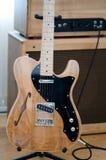 Guitare électrique avec la tête ampère Photographie stock