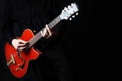 Guitare électrique avec le plan rapproché de mains Photographie stock