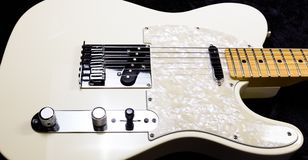 Guitare électrique blanche de corps solide avec le cou d'érable Images libres de droits