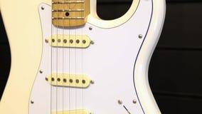 Guitare électrique blanche professionnelle banque de vidéos