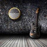 Guitare électrique dans la salle vide Photographie stock libre de droits