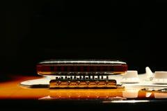 Guitare électrique de vintage avec l'harmonica sur le fond noir Image libre de droits