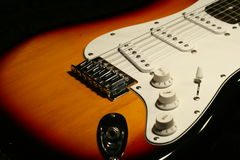 Guitare électrique de vintage sur le fond noir Images libres de droits