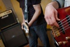 Guitare électrique et joueur bas Photographie stock
