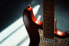 Guitare électrique rouge au crépuscule déprimé Photo libre de droits