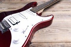 Guitare électrique sur la table en bois Photos libres de droits