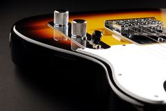 Guitare électrique sur le noir Image libre de droits