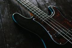 Guitare électrique sur une surface en bois Images libres de droits
