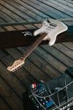 Guitare électrique sur une surface en bois Photos stock