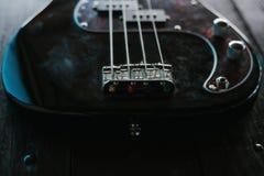 Guitare électrique sur une surface en bois Photo libre de droits