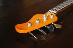 Guitare électrique sur une surface en bois Photographie stock