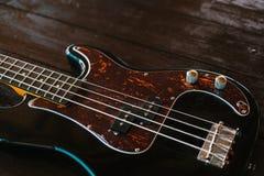 Guitare électrique sur une surface en bois Photos libres de droits