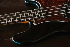 Guitare électrique sur une surface en bois Image libre de droits