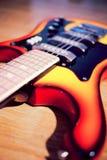 Guitare électrique sur une vieille surface en bois sale Photographie stock libre de droits