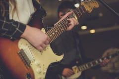 Guitare électronique à un concert de rock Photo libre de droits