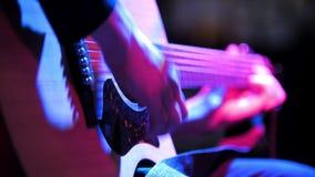 Guitare acoustique au concert de rock banque de vidéos