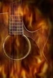 Guitare acoustique avec l'écran de flamme du feu Photos stock