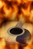 Guitare acoustique avec l'écran de flamme du feu Photos libres de droits