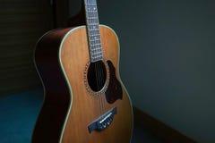 Guitare acoustique avec la nuance légère Image stock
