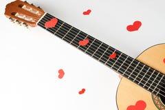 Guitare acoustique avec les coeurs rouges images libres de droits