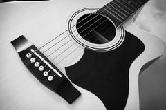 Guitare acoustique avec noir et blanc Image libre de droits