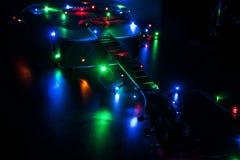 Guitare acoustique classique dans des lumières de Noël photos stock
