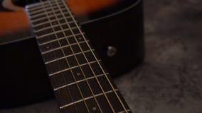 Guitare acoustique classique en bois naturelle banque de vidéos