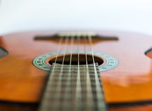 Guitare acoustique classique sur la vue blanche de fond image libre de droits