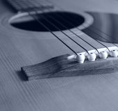 Guitare acoustique dans le monochrome Photographie stock libre de droits