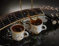 Guitare acoustique de concept et deux tasses de café photographie stock libre de droits