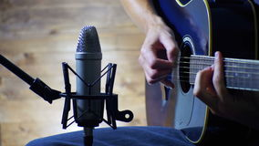 Guitare acoustique de enregistrement dans le microphone sur le studio à la maison clips vidéos