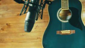Guitare acoustique de enregistrement dans le microphone sur le studio à la maison banque de vidéos