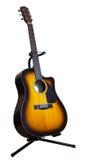 Guitare acoustique de six-ficelle sur un fond blanc Image libre de droits